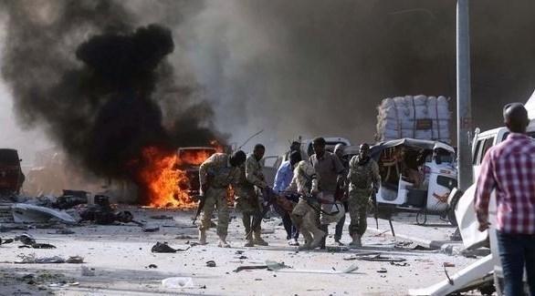 الجيش الصومالي يسعف مصاباً إثر انفجار في العاصمة مقديشو (أرشيف)