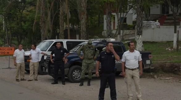عناصر من الشرطة والحرس الوطني المكسيكي على حاجز أمني لمنع مرور مهاجرين (انفوباي)