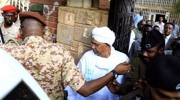 الرئيس السوداني المعزول عمر البشير أثناء نقله للمثول أمام النيابة في الخرطوم (سونا)