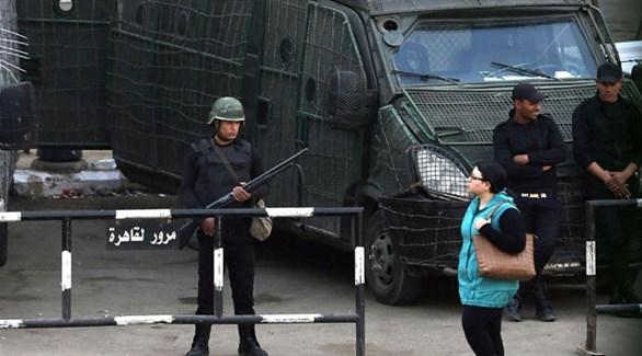 مصرية تمر أمام عناصر من الشرطة في القاهرة (أرشيف)