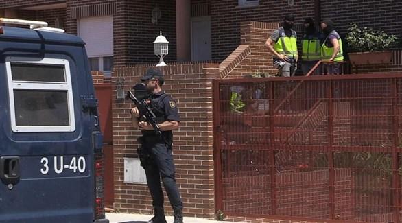الشرطة الإسبانية عند مداهمة بيت عائلة القطيني السورية اليوم في مدريد (إيه بي إيه)