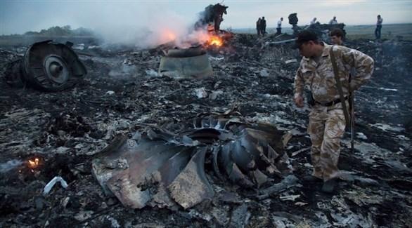 عسكري بين حطام الطائرة الماليزية أم أتش 17 التي سقطت فوق أوكرانيا (أرشيف)