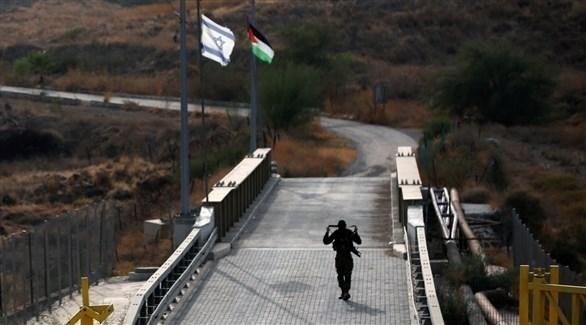 جندي إسرائيلي يقف عند الحدود بين الأردن وإسرائيل (أرشيف)
