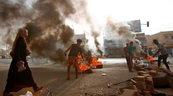 سودانيون يشعلون إطارات في أحد شوارع الخرطوم (أرشيف)