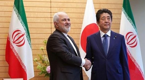رئيس الوزراء الياباني شينزو آبي ووزير الخارجية الإيراني محمد جواد ظريف في طوكيو (أ ف ب)