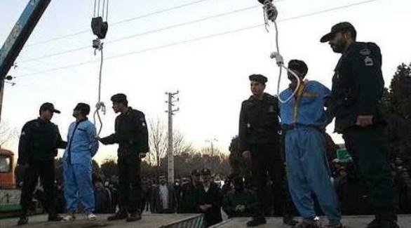 جنود من الحرس الثوري الإيراني يعدمون معارضين في طهران (أرشيف)