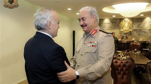 المبعوث الأممي إلى ليبيا غسان سلامة وقائد الجيش الليبي المشير خليفة حفتر (المركز الإعلامي)