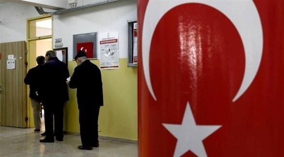 ناخبون أتراك أمام مكتب تصويت (أ ف ب)