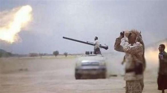 جنود يمينيون أثناء قصفهم مواقع حوثية (أرشيف)