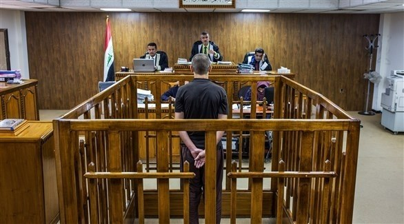 رجل متهم بالانتماء لتنظيم داعش الإرهابي يقف أمام القضاة خلال محاكمته ببغداد (أرشيف)