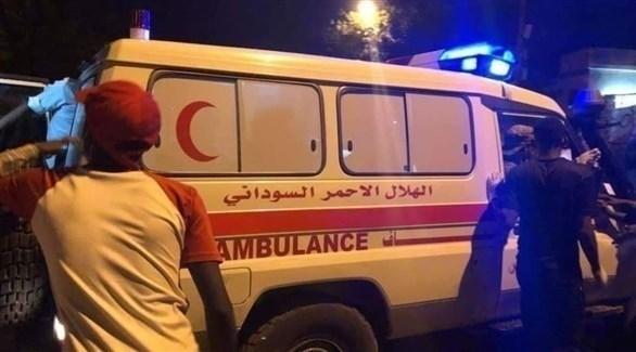 سيارة إسعاف تنقل مصابين من ساحة الاعتصام بالخرطوم (تويتر)
