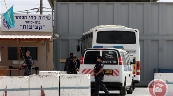 عناصر شرطة أمام سجن إسرائيلي (من المصدر)