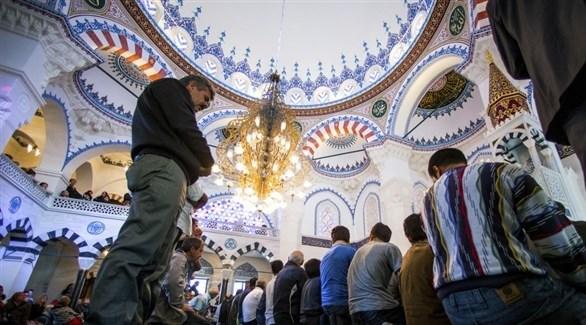 مسلمون يؤدون الصلاة داخل أحد مساجد برلين (د ب ا)