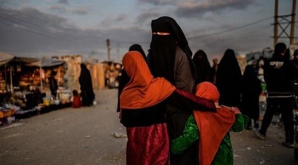 عائلات من مسلحي داعشي في مخيم الهول السوري (أرشيف)