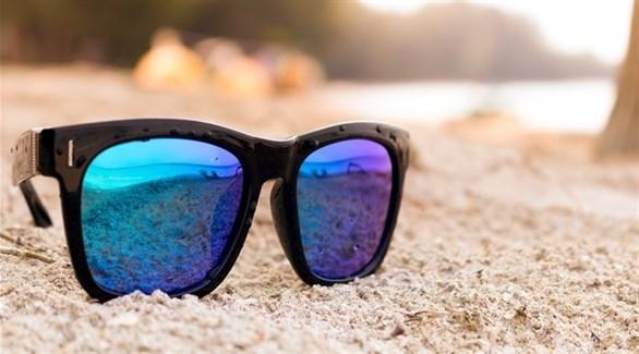 كيف تنظف نظارتك الشمسية من الرمال؟