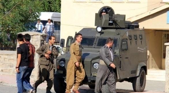أكراد يمرون من أمام مركبة عسكرية تركية (أرشيف)