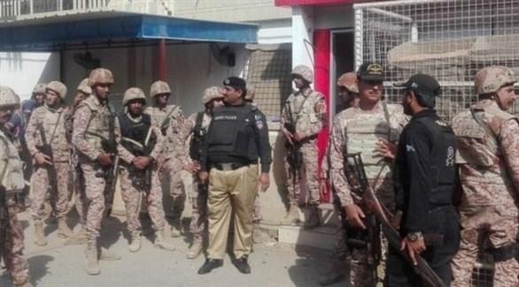 الشرطة الباكستانية أمام  قنصلية الصين في كراتشي بعد هجوم  مسلح عليها (أرشيف)