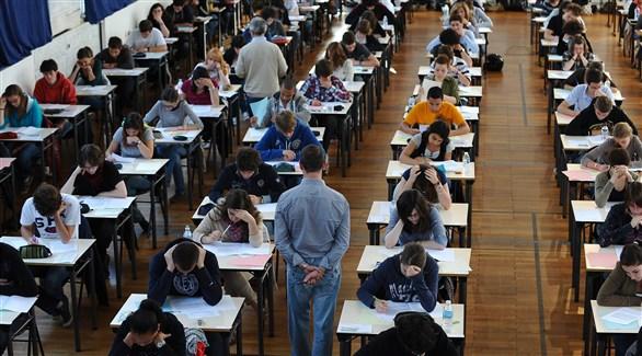 طلاب يشاركون في امتحان الباكالوريا الفرنسية (أرشيف)