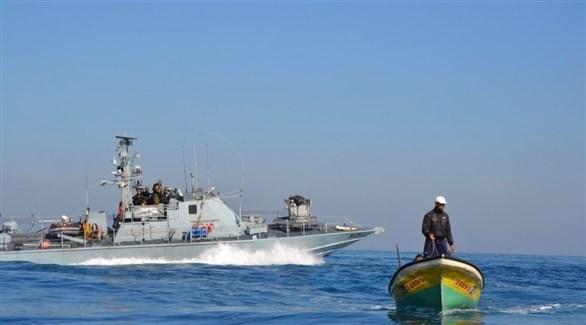 صياد فلسطيني أمام البحرية الإسرائيلية قرب سواحل غزة (أرشيف)
