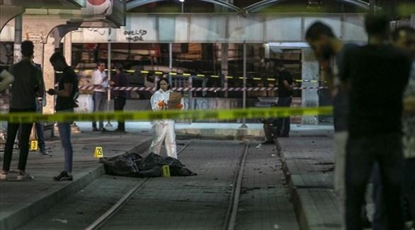 محققة من الشرطة العلمية التونسية قرب الكيس الذي ضم أشلاء الإرهابي السميري (تويتر)