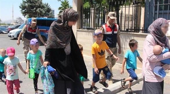 الأمن التركي يرافق سيدتين وأطفالهما قدمتا من سوريا (أرشيف)