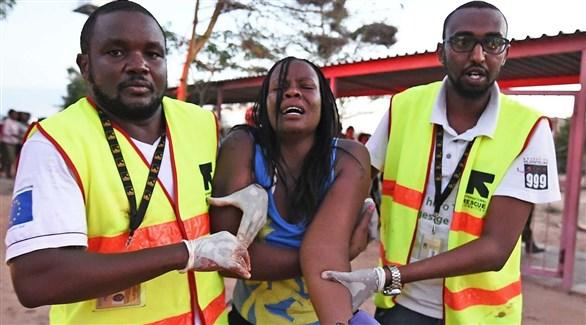 مسعفان يساعدان إحدى ضحايا الهجوم على جامعة غاريسا الكينية في 2015 (أرشيف)