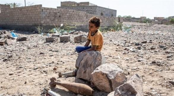 طفل يمني يجلس على حطام مبنى مدمر (أرشيف)