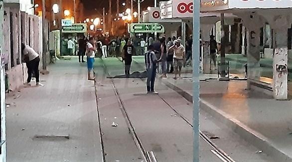 عناصر من الشرطة حول جثة الانتحاري الذي فجر  نفسه في تونس الثلاثاء (أرشيف)
