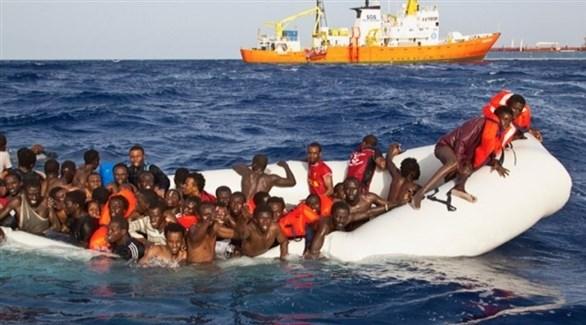 مهاجرون على متن قارب بصدد الغرق في البحر الأبيض المتوسط (أرشيف)
