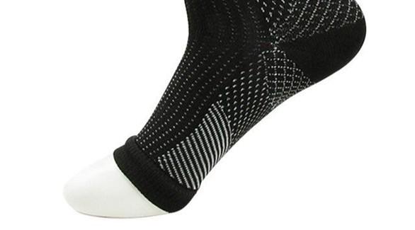 ارتداء جوارب ضاغطة لتحسين تدفق الدم (تعبيرية)