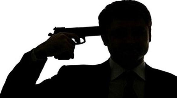 رجل يستعد لإطلاق النار على رأسه (تعبيرية)