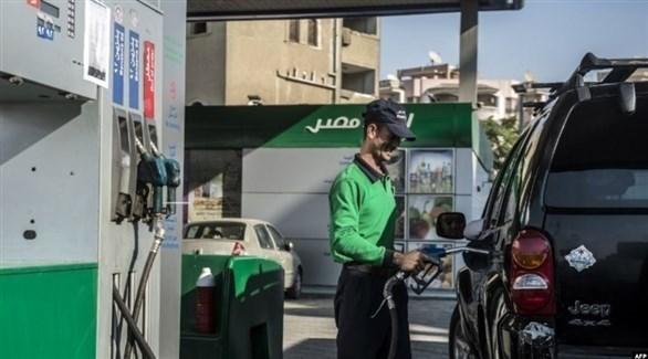 مصري في محطة يزود سيارة بالوقود (أرشيف)