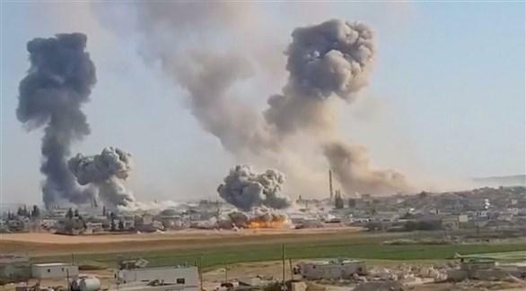 الدخان يتصاعد في إدلب بعد غارة جوية عليها (أرشيف)