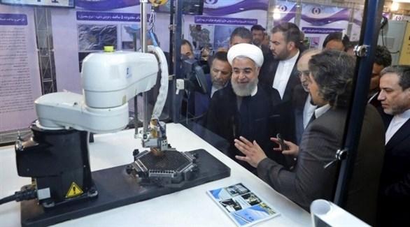 روحاني يستمع لشرح من أحد التقنيين في مفاعل بوشهر النووي (أ ب)