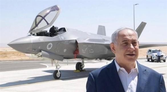 نتانياهو واقفاً أمام إحدى المقاتلات الحربية (ladaat)