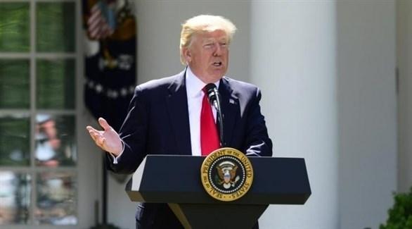 الرئيس الأمريكي دونالد ترامب معلناً انسحاب واشنطن من اتفاق باريس في 2017 (أرشيف)
