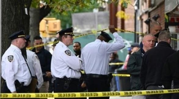 عناصر من شرطة نيويورك خارج القاعة التي شهدت إطلاق النار (تويتر)