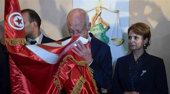 قيس سعيد إلى جانب زوجته يحتفل بفوزه في الانتخابات الرئاسية التونسية (أ ف ب )