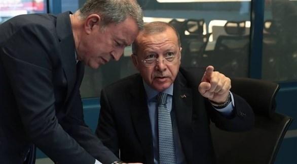 الرئيس التركي رجب طيب أردوغان يتحدث مع وزير الدفاع خلال مراقبتهم العملية التركية في شمال سوريا (إ ب أ)