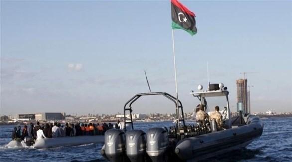 خفر السواحل الليبي يعترض قارباً لمهاجرين في البحر المتوسط (أرشيف)