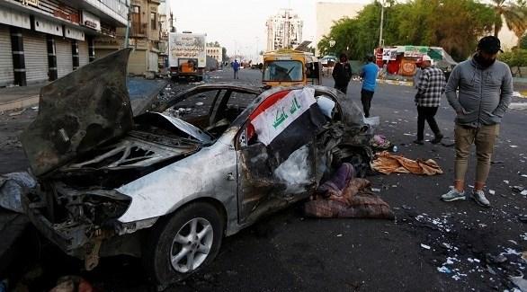 تجمع المتظاهرين أمام السيارة المفجرة أمس في ساحة التحرير (أرشيف)