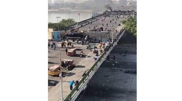 محتجون فوق جسر السنك في بغداد (السومرية)