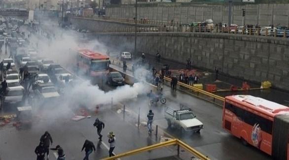 قوات الأمن الإيرانية تواجه المحتجين بالغازات المسيلة للدموع (الحرة)