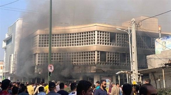 متظاهرون يُحرقون فرع المصرف الوطني في بهبهان الإيرانية (تويتر)
