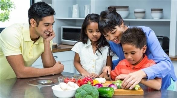 التحدث والتفاعل مع الطفل يحميه من الإحساس بالإهمال (تعبيرية)