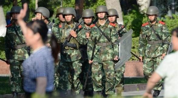 جنود من الجيش الصيني في أحد مخيمات الاحتجاز لمسلمي الإيغور (أرشيف)