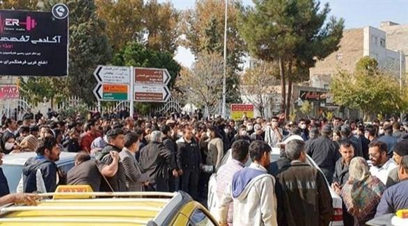 محتجون إيرانيون على زيادة سعر المحروقات (تويتر)