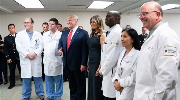 الرئيس الأمريكي دونالد ترامب خلال زيارته أحدى المستشفيات (أرشيف)