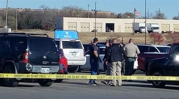 شرطة أوكلاهوما تطوق موقف سيارات وول مارت المستهدف بالهجوم (ديلي ميل)