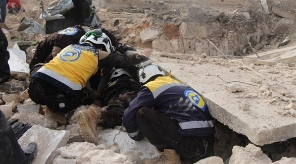 مسعفون من الخوذة البيضاء يخرجون شخصاً من تحت الانقاض في إدلب (أرشيف)